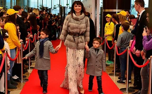 """Оксана Нечитайло (Согдиана), """"Фабрика звезд-6"""", 34 года. Была замужем за Рамом Говиндом и Баширом Куштовым. Исполнительница хита """"Сердце-магнит"""" в 2009 году развелась с первым мужем, Рамом. С ним у Оксаны появился сын Арджун."""