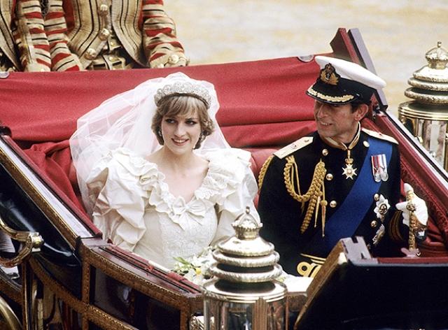 """Настоящими легендами этой свадьбы стали знаменитая """"Стеклянная карета"""", в которой ехали новоиспеченные супруги, а также свадебное платье принцессы Дианы, стоимость которого трудно представить, если его копия была продана на аукционе за 175 тысяч долларов."""