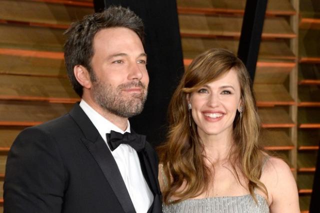 Однако встречаться актеры стали почти через год, а через два тайно поженились.
