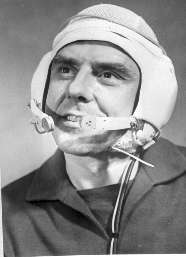 """Владимир Комаров. Свой первый космический полет Владимир Комаров совершил 12 октября - 13 октября 1964 года на борту космического корабля """"Восход"""". Это был первый в мире многоместный космический корабль."""