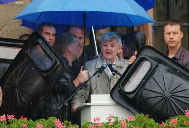2002 год. Немецкие анархисты попытались сорвать предвыборный митинг министра иностранных дел ФРГ Йошки Фишера в Геттингене. Они бросали в немецкого политика помидоры и пакеты с краской прямо во время его выступления