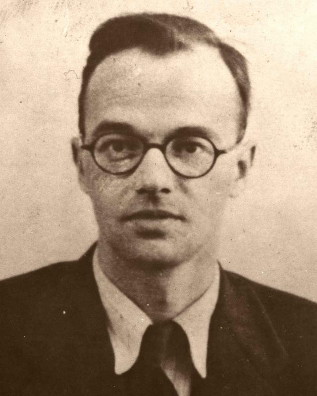 Он оказался сообщником немецкого ученого-эмигранта Клауса Фукса, который отбывал срок за решеткой в Англии, после того как был признан виновным в продаже ядерных секретов Москве.