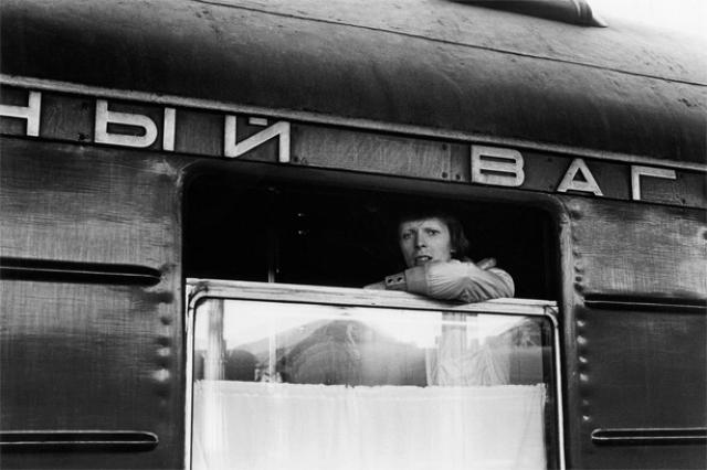 """Он возвращался из японских гастролей в Англию поездом """"Владивосток - Москва"""" так как боялся летать. Некоторые утверждают( вероятно в Кирове-Вятке), что подъезжая к городу Кирову, он отравился пирожками с яйцом. Три дня лечения его в кировской больнице от дизентерии вошли потом в книгу Hunger: The Life & Times of David Bowie."""