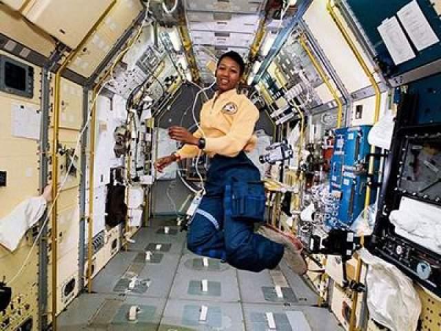 Первая афроамериканская женщина в космосе - Мэй Джемисон, 12 сентября 1992 года.