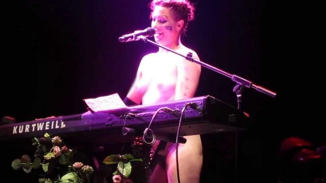 """Аманда Палмер обнажилась во время исполнения одной из песен на концерте в Лондоне. Тем самым она протестовала против ханжества """"желтой прессы""""."""