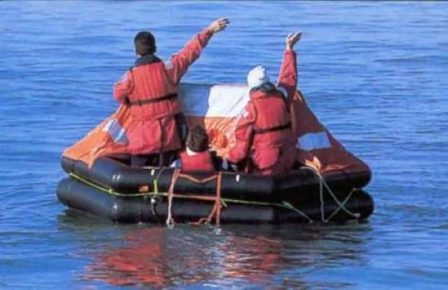 Яхта получила пробоину и начала тонуть, но Морис и Мэрилин успели спастись на надувном плоту, прихватив документы, консервы, емкость для воды, ножи и еще несколько подвернувшихся под руку необходимых вещей.