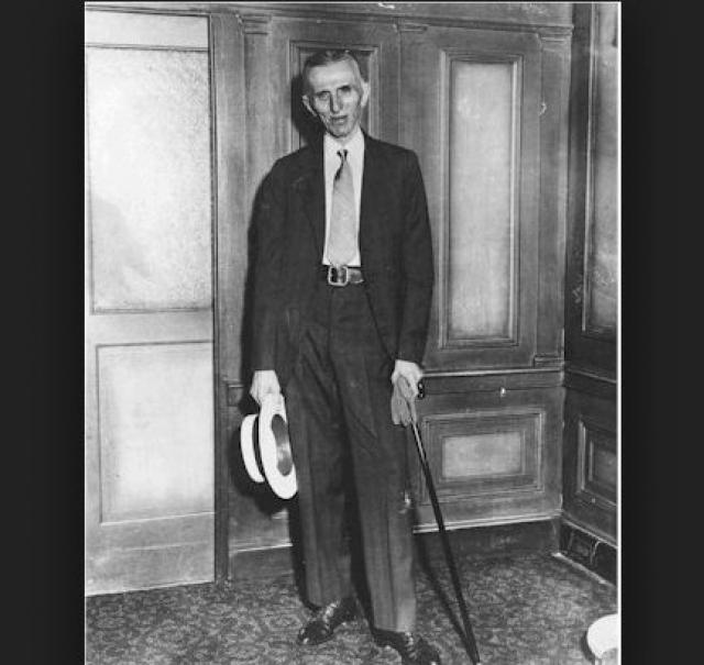Несмотря на десятилетия, когда Тесла был частью высшего общества Нью-Йорка, возраст и бедность делали его совершенно одиноким. Он жил один во все более дешевых отелях, поскольку своего дома у него никогда не было, и часто предпочитал людям компанию голубей.