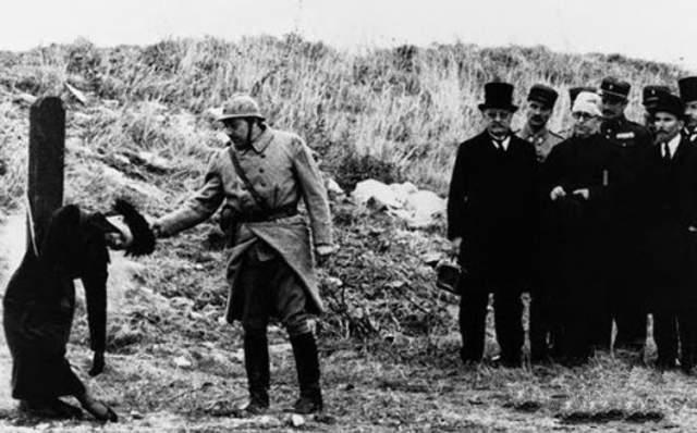 В 1917 году ее рассекретили французские военные и приговорили к смертной казни. 15 октября приговор был исполнен. Возможно, это сделали даже не из-за ее работы в качестве разведчицы.