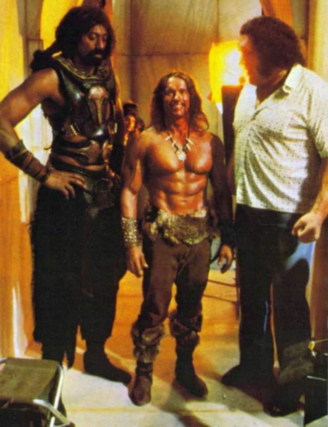 Арнольд выглядит малышом на фоне Уилта Чемберлена и Андре Рене Русимова (Гиганта).