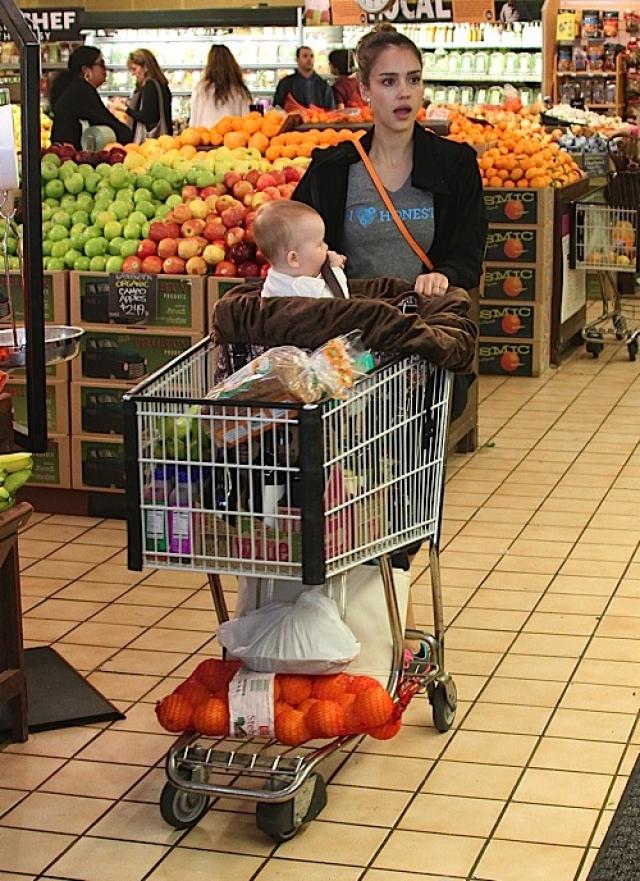 Джессика Альба в продуктовом магазине