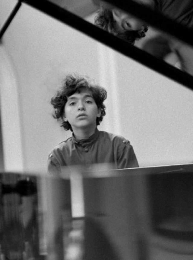 Женя Кисин Женя стал известен тоже в 10 лет, мастерски сыграв концерт Моцарта с оркестром, а уже через год он собирал залы на собственные концерты. И во сей день музыкант продолжает с успехом гастролировать по миру.