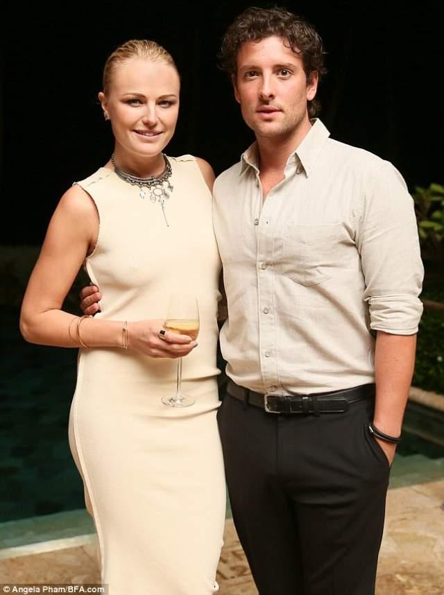 В марте 2017 года актриса была замечена папарацци в компании другого мужчины, британского актера Джека Доннелли. Пара достаточно быстро объявила о помолвке. И этот жених, заметьте, гораздо симпатичнее предыдущего.