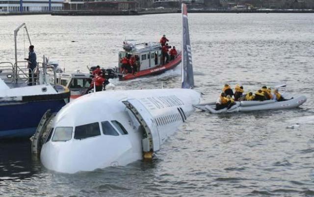 7 кораблей, включая корабль береговой охраны США, поднимают на борт людей с крыльев самолета и со спасательных плотов. Однако многие пассажиры все еще находятся в ледяной воде.