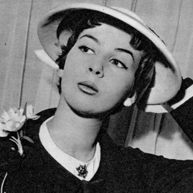 Нина Риччи. Мари Адэланд Ньели родилась в городе Турин в Италии в 1883 году. Ее отец был сапожником, однако не сыскал ни славы, ни успеха, умер в Монте-Карло, оставив семью без денег.