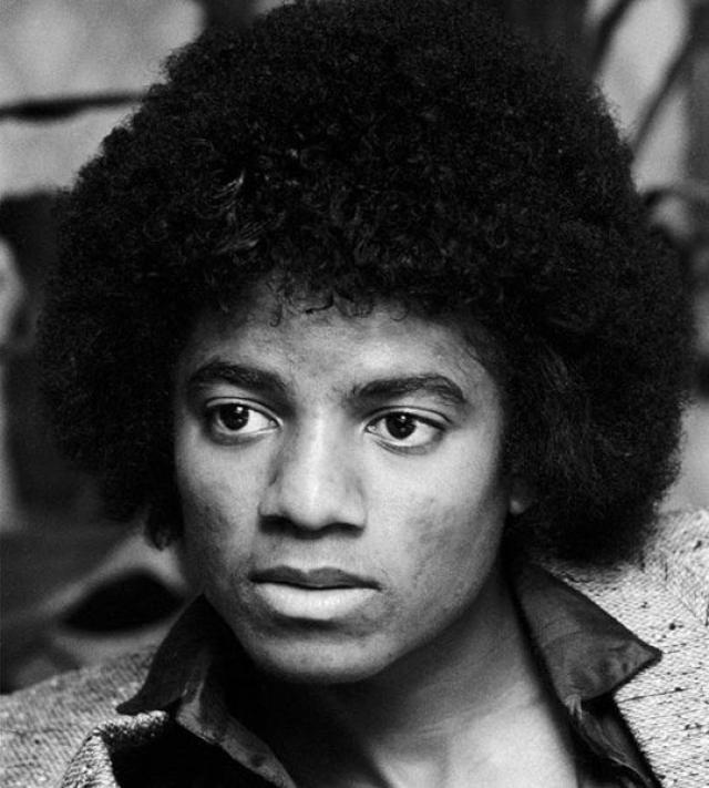 Король поп-музыки Майкл Джексон начал экспериментировать со своей внешностью с 26 лет, когда попытался исправить нос. Десятки раз он корректировал его, что в итоге полностью уничтожило хрящевую ткань.