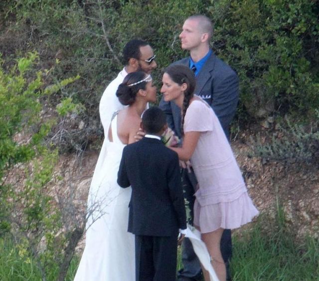 Любопытно, что позже пара все же продала официальные фото церемонии одному из изданий.