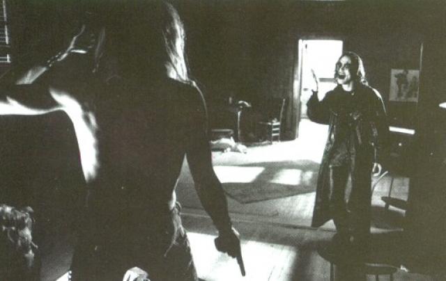 """По сценарию в Брендона должны были стрелять с расстояния в 5 метров из пистолета, заряженного холостыми патронами. Но члены съемочной группы не заметили заглушку, застрявшую в стволе, которая, вылетев при выстреле, и ранила актера. На фото: во время съемок фильма """"Ворон"""""""