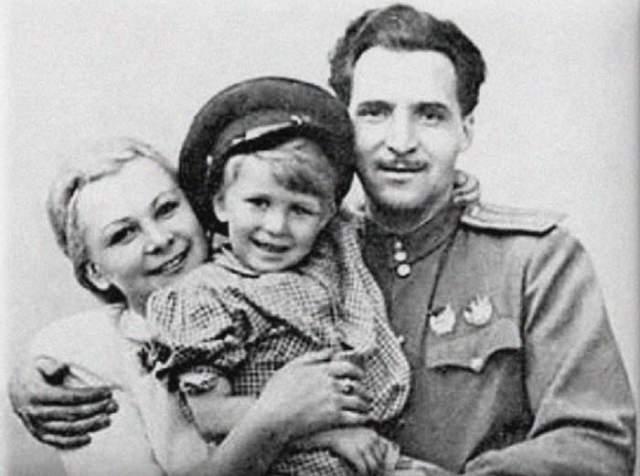 Актриса Валентина Серова с сыном Толей и мужем, писателем Константином Симоновым .