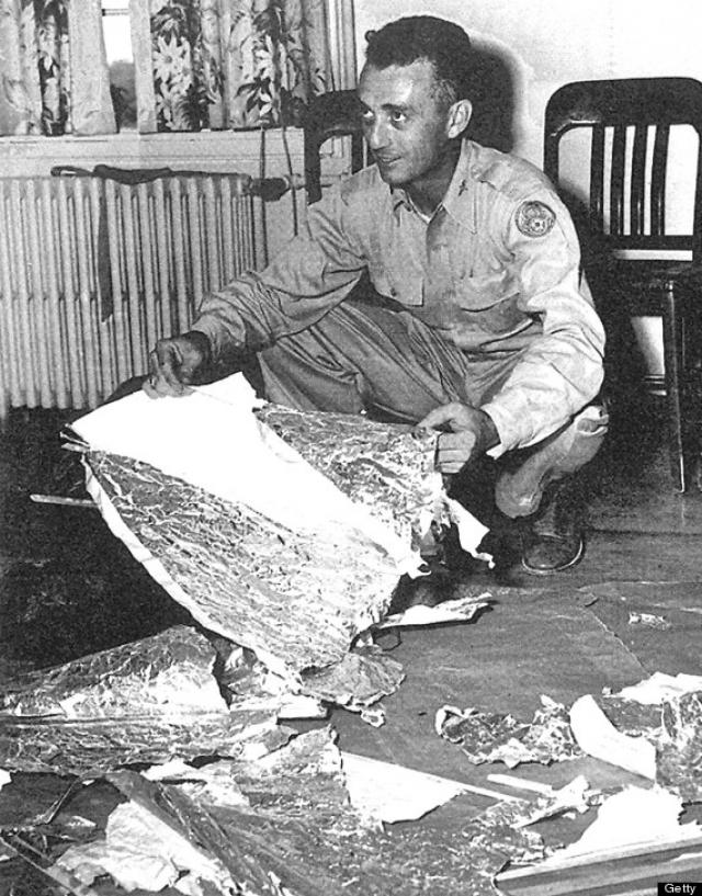 """""""Разведотдел 509 авиаполка бомбардировщиков восьмой воздушной армии США при содействии местного фермера и окружного шерифа обнаружил """"Летающий диск"""" (""""Flying Disc""""). После чего диск был доставлен на авиабазу Розуэлл, где подвергся предварительному осмотру""""."""
