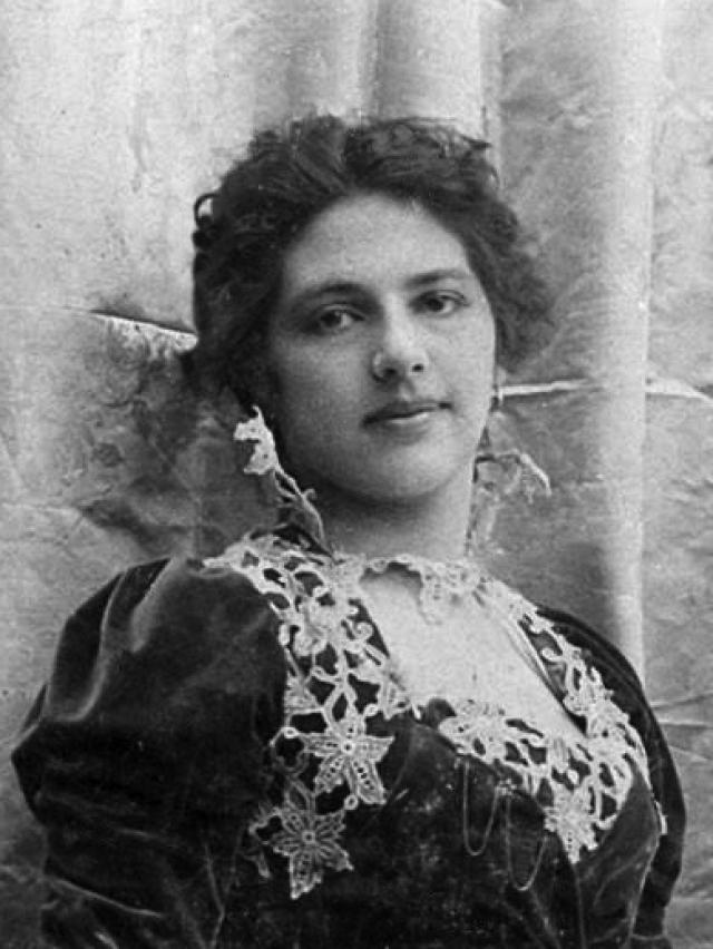 13 февраля 1917 Мата Хари, тотчас же по возвращении в Париж, была арестована французской разведкой и обвинена в шпионаже в пользу противника в военное время.