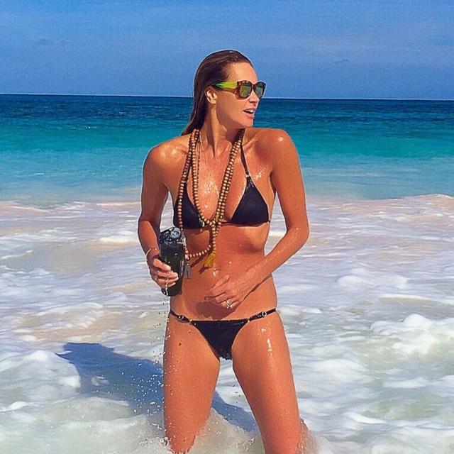 """Эль Макферсон. Еще одна супермодель часто публикует в своем Instagram снимки себя любимой в бикини: каждый свежий кадр набирает несколько десятков тысяч """"лайков"""" фолловеров и столько же восторженных комментариев-комплиментов стройной красавице."""