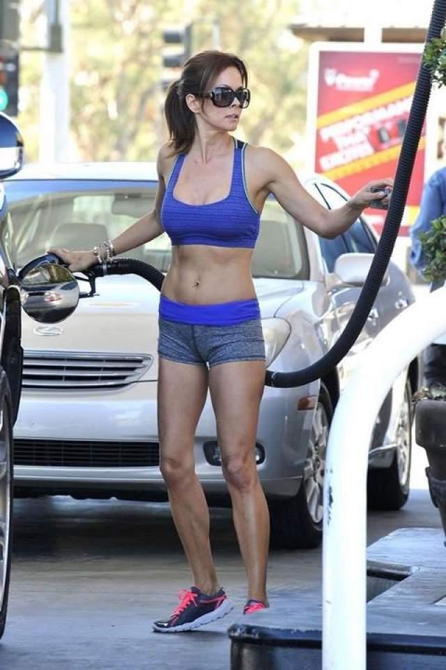 Актриса Брук Берк заехала на заправку в комплекте из шортов и топа.