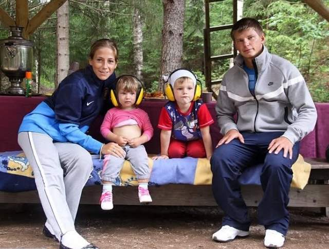 """В 2005 году у пары родился первенец Артем, а три года спустя появилась дочь Яна. Карьера отца семейства не стояла на месте и Андрей с семьей переехали в Англию, где футболист играл за """"Арсенал"""", Юлия-же посвятила себя дому и воспитанию детей."""