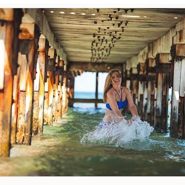 Не удивительно, что женщина не стесняется публиковать свои фото в купальнике и участвует в игривых фотосессиях.