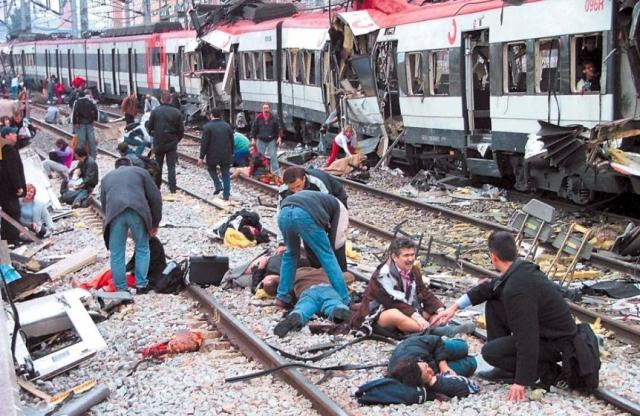 """Три бомбы взорвались в поездах метро, отъехавших от станции """"Кингс-Кросс""""."""