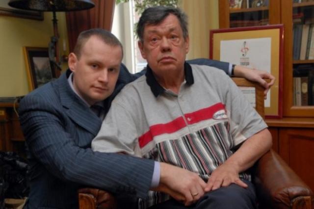 Андрей женат, вместе с супругой Ириной воспитывает троих детей.