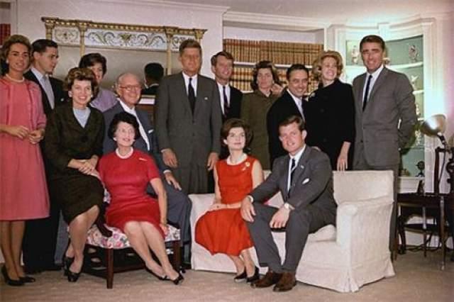 """Семья Кеннеди Клан Кеннеди называли """"королевской семьей"""" Америки. Джозеф Кеннеди-старший - яркая личность, основатель клана, в двадцатые годы вовсю торговал спиртным, невзирая на сухой закон. Состояние Кеннеди оценивается сейчас почти в миллиард долларов. Но богатство не спасло их от злого рока, преследовавшего семью."""