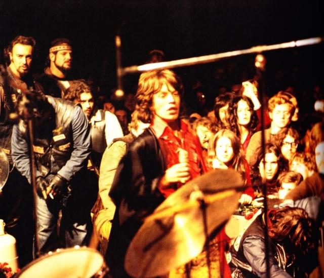 """Когда вечером на сцену вышли """"Роллинг Стоунс"""", ситуация была уже удручающей - зрители пытались залезть на сцену, а """"Ангелы Ада"""" без каких-либо церемоний сбрасывали их назад."""