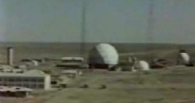 Серебристый объект также упал в окрестностях Капустина Яра, и его тут же привезли в бункер полигона.