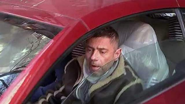 """Как рассказали в самом автосервисе, 23 февраля Николаев приехал, чтобы забрать оставленный ранее свой автомобиль Инфинити. У машины были проколоты шины, а также на ней был наклеен стикер организации """"стопхам"""" со словами """"Мне плевать на всех - паркуюсь, где хочу""""."""