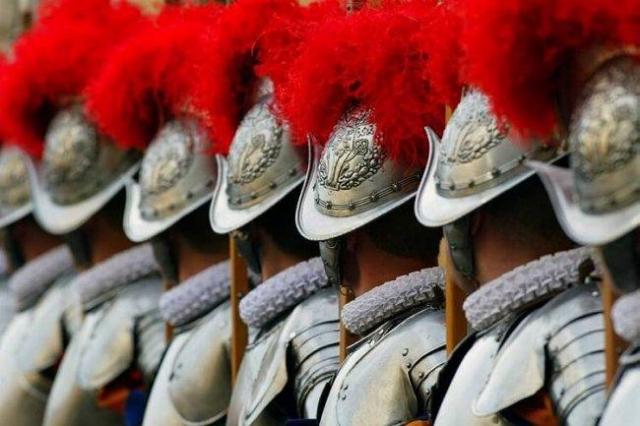 Церемония должны была пройти в Гвардейский день, 6 мая, в честь спасения гвардейцами папы Климента VII во время захвата и разграбления Рима войсками императора Священной Римской империи Карла V 6 мая 1527 года).