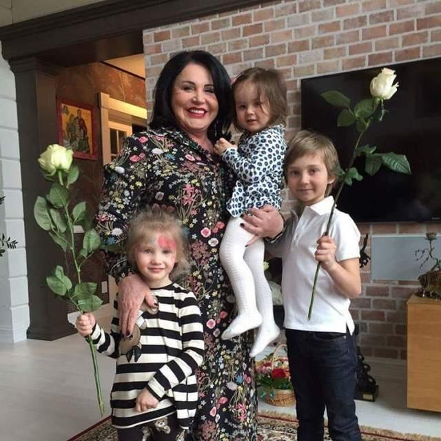 """Надежда Бабкина пополнила ряды бабушек в 2010 году, заявив: """"Теперь я Бабкина-бабка!""""."""