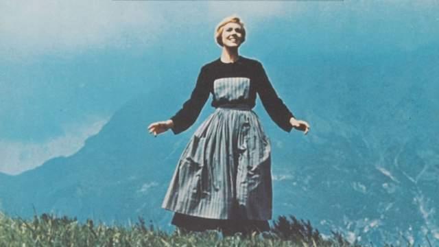 """""""Звуки музыки"""" Немецкий кинофильм """"Семья фон Трапп"""" стал основной для этого мюзикла. В 1958 году идея была перенесена из кинематографа на театральные подмостки сценаристами Ховардов Линдсеем и Расселом Крузом, продюсером Ричардом Холлидеем и его супругой Мэри Мартин, являвшейся актрисой. Картина повествовала об австрийской семье, которая, спасаясь от нацистов, отправилась в Америку."""