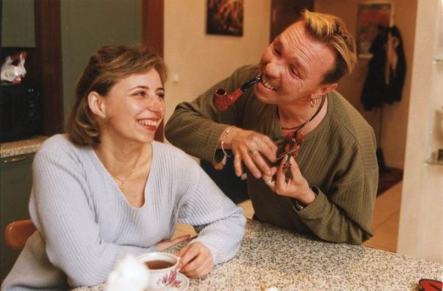 """""""У меня такое ощущение, что я родился женатым. Я женат с 1983 года, сами посчитайте, как много лет, причем настолько удачно, что проблемы любовниц, поклонниц для меня просто не существует"""" - говорит Сукачев."""
