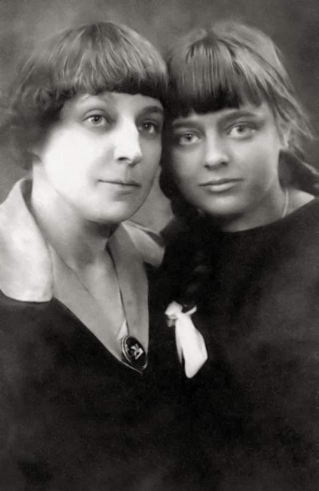 """Когда Ариадна тяжело заболела, Цветаева забрала ее. Ирина умерла в приюте в возрасте трех лет. Позже поэтесса напишет: """"История Ирининой жизни и смерти: На одного маленького ребенка в мире не хватило любви""""."""