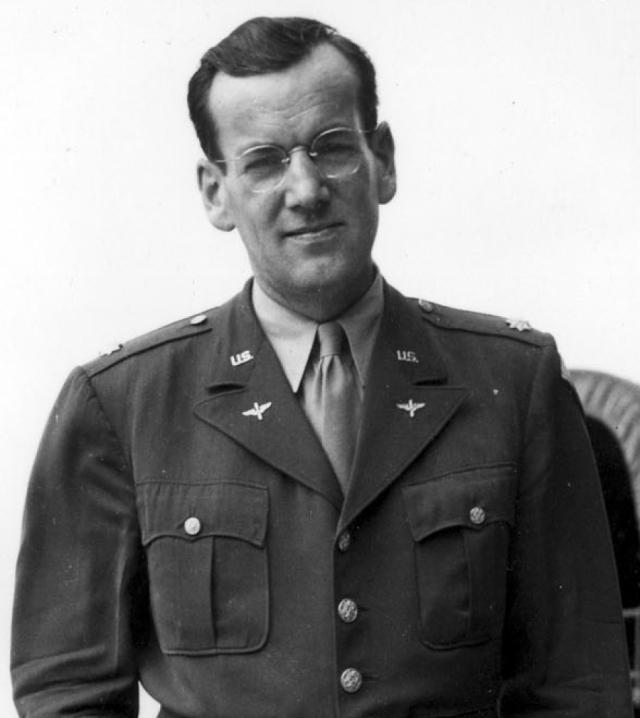 """Олтон Гленн Миллер. 15 декабря 1944 года американский тромбонист, аранжировщик, руководитель одного из лучших свинговых оркестров вылетел во Францию на небольшом одномоторном самолете """"Норсман С-64"""" с авиабазы """"Твинвуд Фарм""""."""