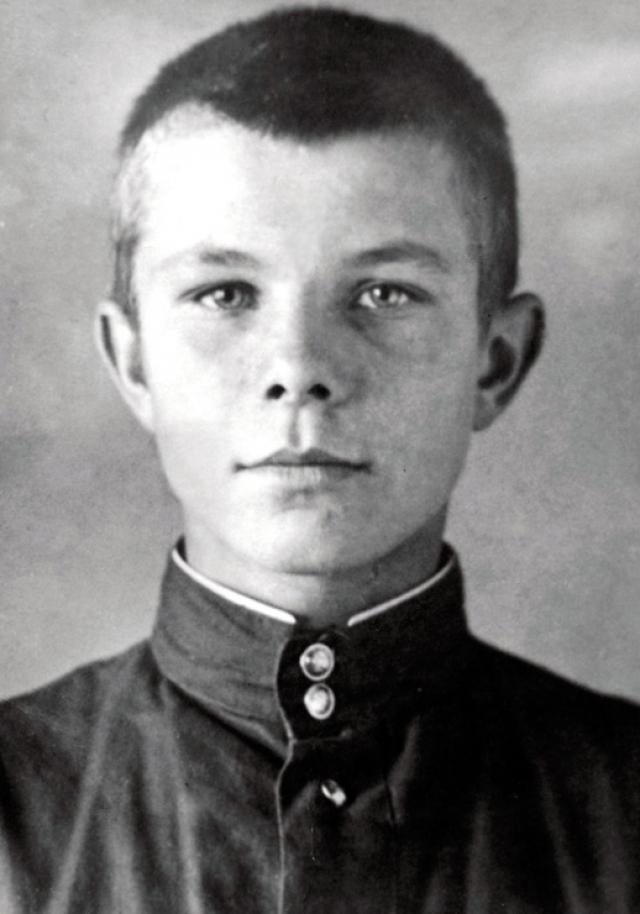 """Юра даже успел побороться с немцами, как мог: подбросил каустической соды в аккумуляторы, которые заряжал расположившийся у них в избе немецкий автомеханик: """"Это я ему устроил, когда он на велосипеде катался""""."""