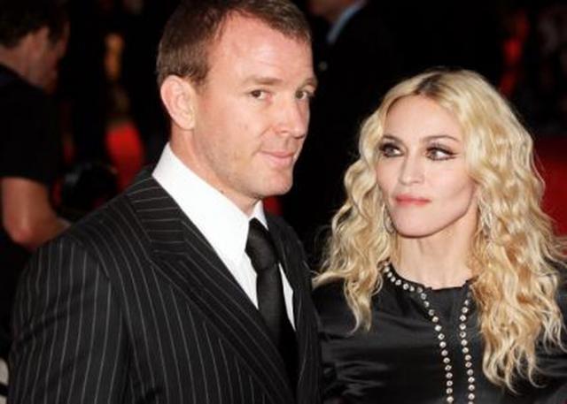 Мадонна. Певица отличается симпатиями к молодым мужчинам. Мадонна встретилась с режиссером Гаем Ричи в 1998 году, разница в 10 лет не смутила пару, и они поженились.