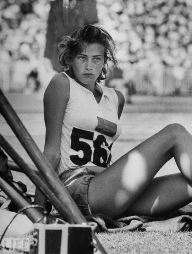 Gunhild Larking (George Silk, 1956). Шведская прыгунья в высоту на Олимпийских играх в Мельбурне 1956 года.