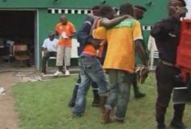 Стадион вмещает 45 тысяч человек, тогда как во время инцидента на нем находилось около 50 тысяч. Полиция применила слезоточивый газ, что только усугубило ситуацию.