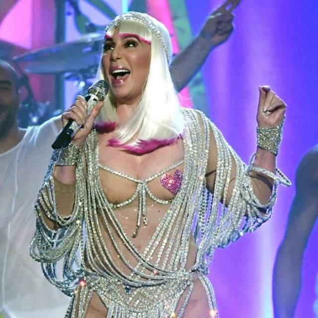 71-летняя исполнительница шокировала зрителей откровенным нарядом из белых нитей и блестящих бусин- полукупальник-повязка еле прикрывала обнаженное тело.