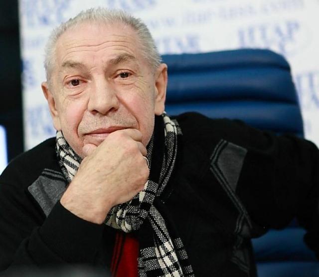 Актер живет в Алма-Ате, играет в местном театре. Он мечтает о том, чтобы играть в Москве, но московская жизнь ему не по карману.