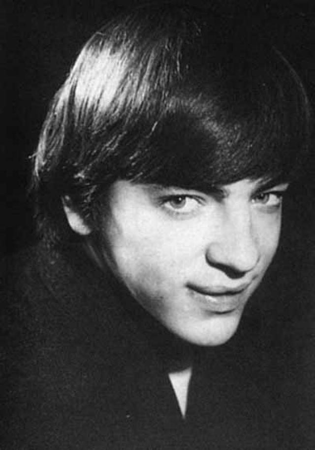 После школы поступил в Ленинградский государственный институт театра, музыки и кинематографии, окончив который в 1972 году, попал в театр, затем в кино, где и запел.