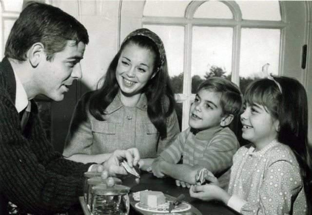 Маленький Джордж Клуни с сестрой слушают отца.