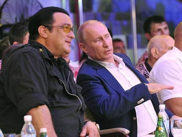 Стивен Сигал и Владимир Путин. Американская звезда побывала в России такое количество раз, что этого хватило на выдачу ему российского гражданства.