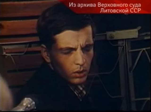 Кроме того, Талгату элементарно позавидовали: как раз тогда было опубликовано интервью с артистом в «Советском экране» с его же фотографией на обложке. Абай тоже хотел славы и признания, его это сильно зацепило. Тогда Борубаев отдал приказ своим последователям (один из них, Бушмакин, который впоследствии сошел с ума - на фото) избить Талгата.